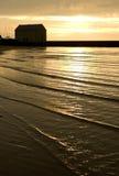 Costa costa en la puesta del sol Fotos de archivo libres de regalías