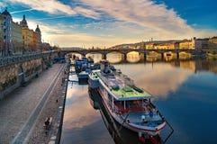 Costa costa en Praga Moldava Arquitectura de la calle de Praga Vistas y vistas de la República Checa Fotos de archivo libres de regalías