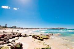 Costa costa escénica con el cielo azul y el sol Foto de archivo libre de regalías