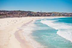 Costa costa escénica con el cielo azul y el sol Imagen de archivo libre de regalías
