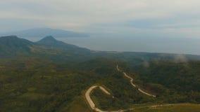 Costa costa hermosa de la visión aérea en la isla tropical Isla Filipinas de Camiguin almacen de metraje de vídeo