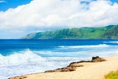 Costa costa hermosa del océano de Hawaii, ondas que se estrellan en la playa Fotos de archivo