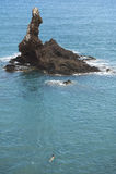 Costa costa mediterránea con la isla rocosa en Almería españa Foto de archivo libre de regalías