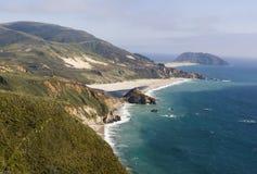 Costa costa pacífica montañosa hermosa Imágenes de archivo libres de regalías