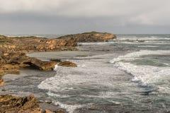 Costa costa peligrosa salvaje rocosa Foto de archivo libre de regalías