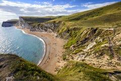 Costa costa que mira hacia la puerta de Durdle, la ruta de Dorset de la trayectoria costera del sudoeste, Reino Unido imágenes de archivo libres de regalías