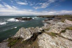 Costa costa rocosa, bahía de Trearrdur foto de archivo