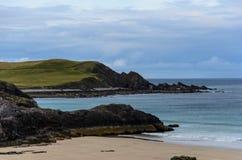 Costa costa rocosa con las playas arenosas Imágenes de archivo libres de regalías