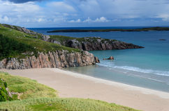 Costa costa rocosa con las playas arenosas Foto de archivo libre de regalías