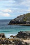 Costa costa rocosa con las playas arenosas Fotografía de archivo