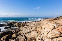Costa costa rocosa del océano Imágenes de archivo libres de regalías