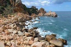 Costa costa rocosa en Cerdeña, Italia Imagen de archivo