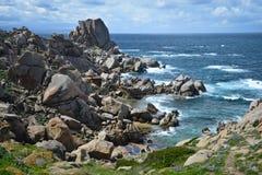Costa costa rocosa en Cerdeña, Italia Foto de archivo libre de regalías