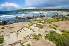Costa costa rocosa en Cerdeña, Italia Foto de archivo