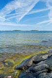 Costa costa rocosa escandinava Fotos de archivo libres de regalías