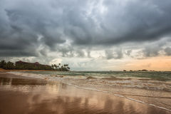 Costa costa tempestuosa en Galle, Sri Lanka Imagenes de archivo