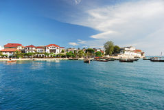 Costa costa tropical con las casas imagen de archivo libre de regalías