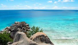 Costa costa tropical con los cantos rodados foto de archivo
