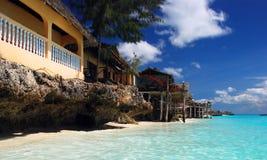Costa costa tropical con los chalets de lujo fotografía de archivo libre de regalías