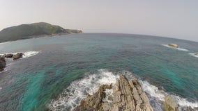 Costa costa y acantilados mediterráneos - vuelo aéreo, Mallorca almacen de video