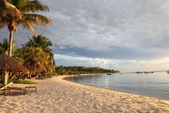 Costa costa y centro turístico tropicales Imagenes de archivo