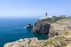 Costa costa y faro rocosos en Sagres, Portugal Imágenes de archivo libres de regalías