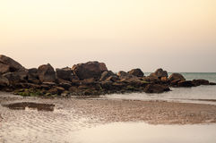 Costa costa y marea rugosas en la playa fotos de archivo libres de regalías