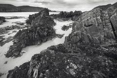 Costa costa y playa escocesas del paisaje montañas escocia Fotos de archivo libres de regalías