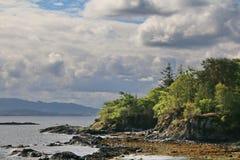 Costa Craggy na ilha de Skye foto de stock