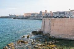 Costa da ilha de Ortigia na cidade de Siracusa, Sicília, Itália Fotografia de Stock Royalty Free