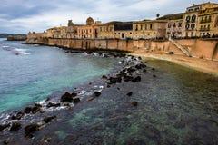 Costa da ilha de Ortigia na cidade de Siracusa, Sicília Foto do curso de Sicília imagens de stock royalty free