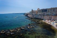 Costa da ilha de Ortigia no mar Mediterrâneo, Siracusa foto de stock