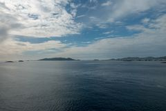 A costa da ilha do ibiza de um barco foto de stock