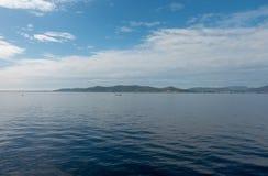 A costa da ilha do ibiza de um barco fotos de stock royalty free