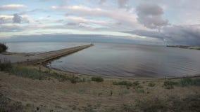 Costa da lagoa de Curonian com os povos no cais do cimento, lapso de tempo 4K video estoque