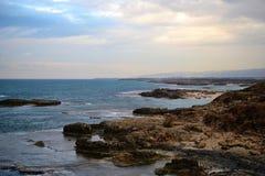 Costa da praia do telefone Dor, local arqueológico histórico famoso de Dor bíblico em Israel, mar Mediterrâneo fotos de stock