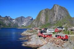 A costa da vila pequena de Hamnoey em Lofoten Fotos de Stock Royalty Free