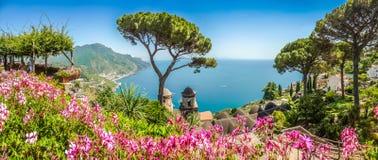 A costa de Amalfi da casa de campo Rufolo jardina em Ravello, Campania, Itália