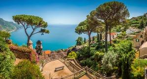 A costa de Amalfi da casa de campo Rufolo jardina em Ravello, Campania, Itália fotos de stock royalty free