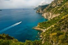 Costa de Amalfi de Italia con el barco Imagen de archivo libre de regalías