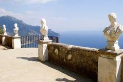 Costa de Amalfi do balcão de Cimbrone da casa de campo de Ravello Foto de Stock
