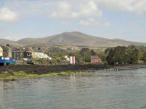 Costa de Castletownbere con la colina hambrienta detrás Fotos de archivo libres de regalías
