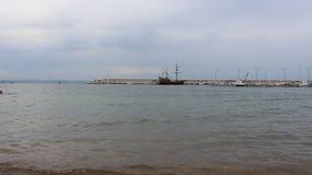 Costa de Chernomorets o Mar Negro - Bulgária e o cruzeiro no meio da atração turística de Esmeralda Fotos de Stock Royalty Free