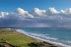 A costa de Chipre perto da cidade antiga do objeto antigo, Limassoluins fotos de stock