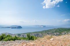 Costa de Croacia en un día soleado hermoso que pasa por alto las islas rocosas de la orilla verde fotos de archivo libres de regalías
