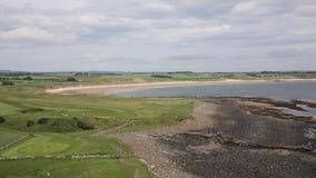 Costa de Embleton ao norte do castelo Northumberland Inglaterra do leste norte Reino Unido de Dunstanburgh video estoque