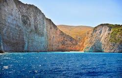 Costa de Grécia, praia de Navagio, ilha de Zakynthos, Grécia Vista da costa do mar Fotos de Stock Royalty Free