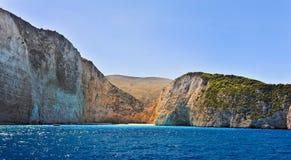 Costa de Grécia, praia de Navagio, ilha de Zakynthos, Grécia Vista da costa do mar Foto de Stock Royalty Free