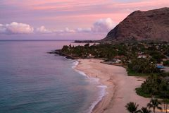 Costa de Hawaii en el amanecer Imágenes de archivo libres de regalías