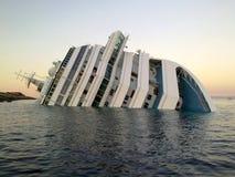 Costa de hundimiento Concordia de la nave Fotografía de archivo libre de regalías
